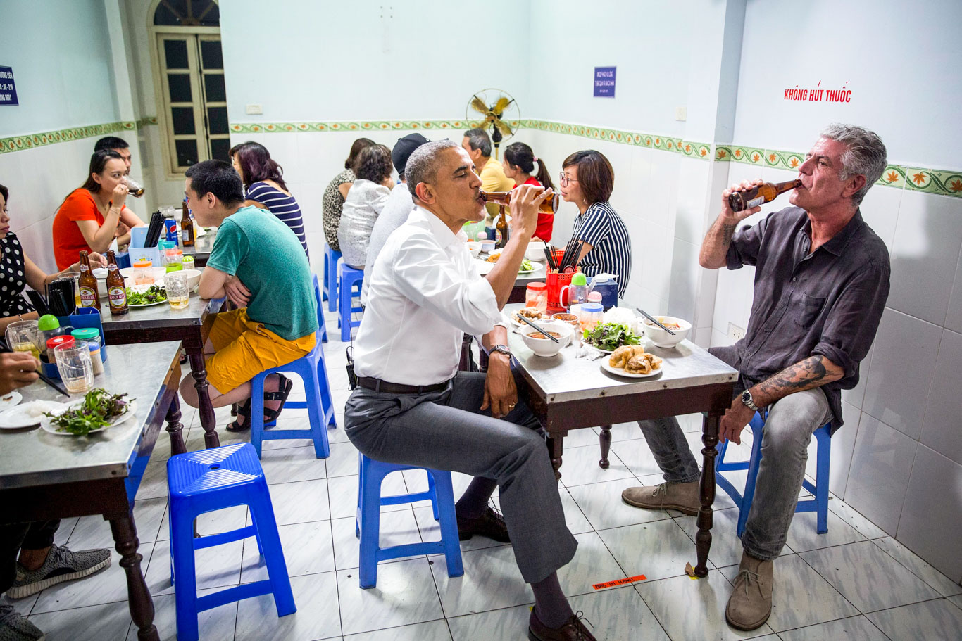B˙n cha Huong LiÍn restaurant in Hanoi, Vietnam, May 23, 2016. (Official White House Photo by Pete Souza)