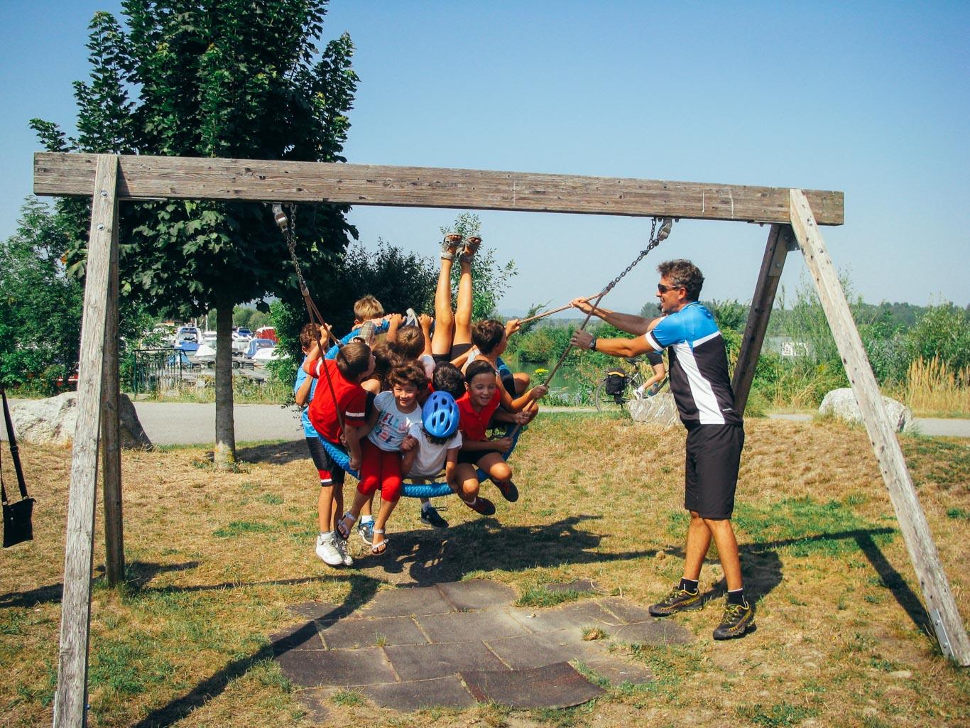 Vacanza in bici per bambini in gruppo di famiglie